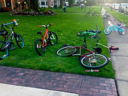 Bikes-front-lawn-Maureen-Abood-1024x768